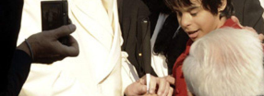 audiencia general papa Francisco con niña ciega de la ONCE bendice el bastón 11 diciembre 2013