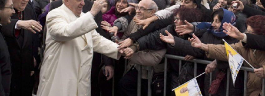 papa Francisco saluda a la gente antes de celebrar misa en una parroquia primer domingo de Adviento 1 diciembre 2013