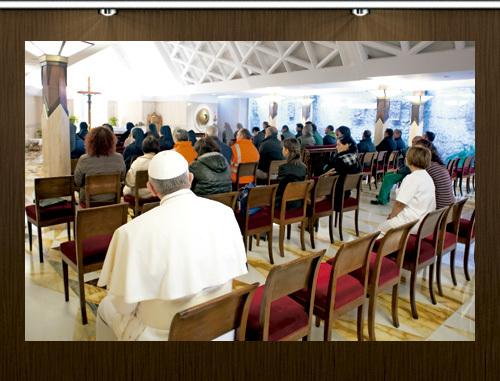 papa Francisco en la capilla de la Residencia Santa Marta sentado en el fondo