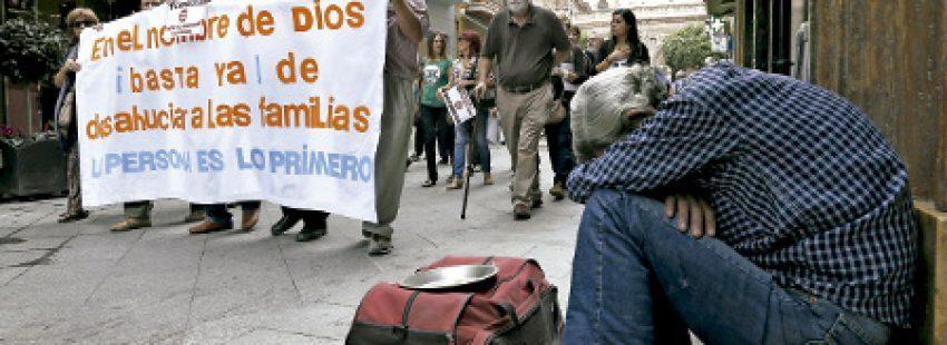 protesta en la calle contra los recortes en derechos sociales derivados de la crisis económica