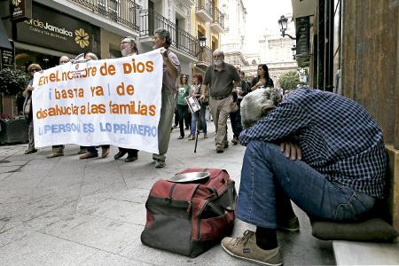 protesta en la calle de cristianos contra los recortes en derechos sociales derivados de la crisis económica
