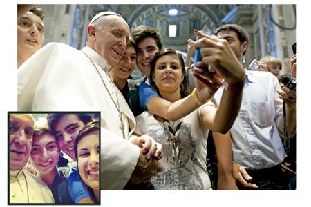 selfie autorretrato del papa Francisco con jóvenes italianos