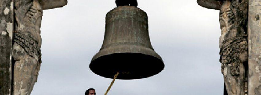 monaguillo toca campana en el campanario de una iglesia