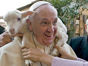 papa Francisco con un cordero al visitar un Belén viviente en Roma Navidades 2013