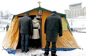 capilla de campaña grecocatólica en la Plaza de la Independencia de Kiev, Ucrania