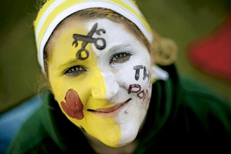chica joven con la cara pintada con los colores del Vaticano