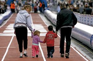 familia haciendo deporte padre madre y dos hijos pequeños
