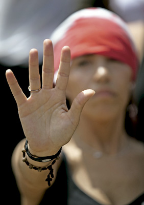 mujer en un gesto de protesta contra la violencia de género