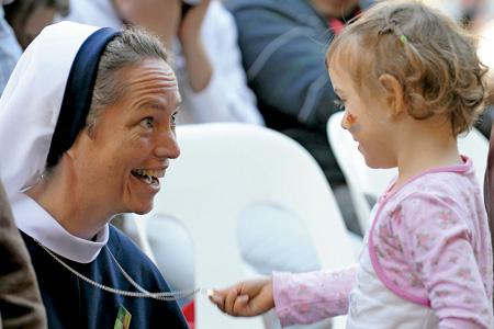 religiosa con una niña pequeña