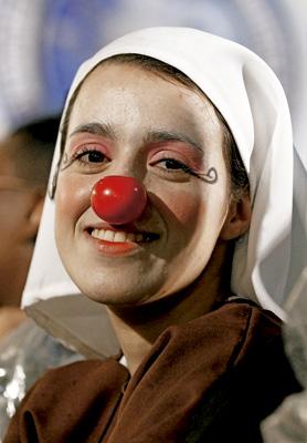 religiosa con una nariz roja de payaso