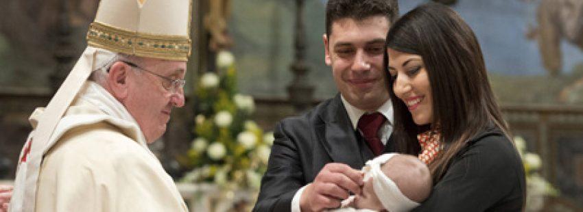 papa Francisco bautiza a una niña en la Capilla Sixtina Fiesta del Bautismo del Señor 12 enero 2014