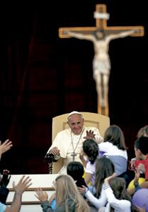 papa Francisco con familias católicas Vaticano