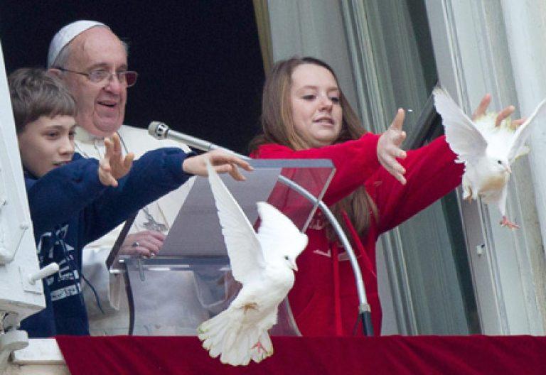 papa Francisco junto a dos niños sueltan palomas de la paz durante el rezo del Angelus 26 enero 2014