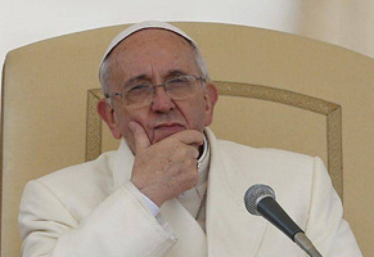 papa Francisco serio durante la audiencia general miércoles 22 enero 2014
