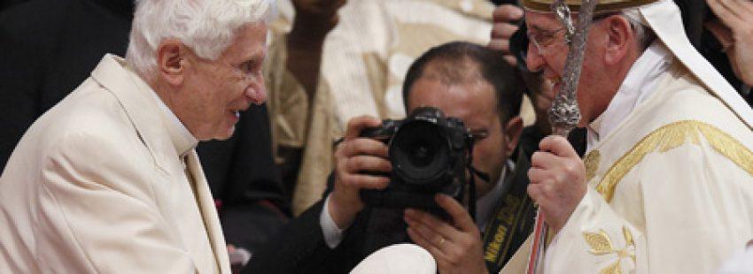 papa Francisco y Benedicto XVI en el consistorio de creación de cardenales 22 febrero 2014