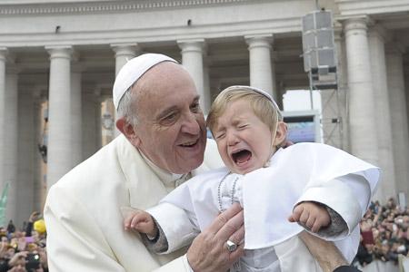 papa Francisco con un niño disfrazado de papa durante la audiencia general miércoles 26 febrero 2014