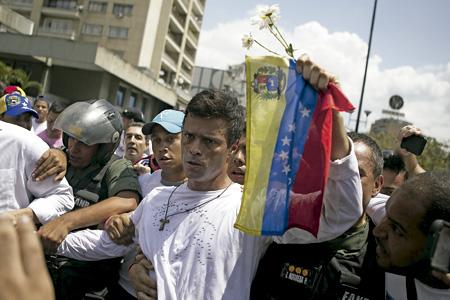 Leopoldo López, opositor del gobierno en Venezuela, detenido por la policía febrero 2014