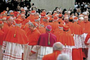 cardenales reunidos en torno a Benedicto XVI en el consistorio 22 febrero 2014