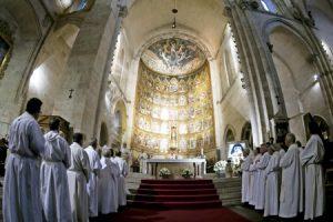 sacerdotes en una celebración en la catedral vieja de Salamanca