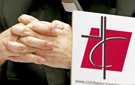 obispo con el logo de la Conferencia Episcopal Española