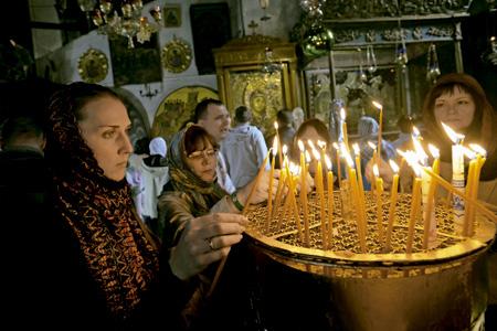 cristianos encienden velas en la Iglesia de la Natividad en Belén
