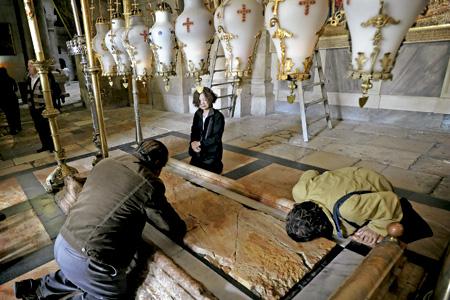 cristianos rezan en el Santo Sepulcro