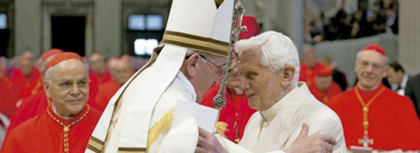 papa Francisco y Benedicto XVI se abrazan durante el consistorio 22 febrero 2014