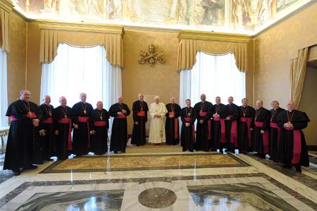 grupo de obispos visitan al papa en Roma durante una visita ad limina