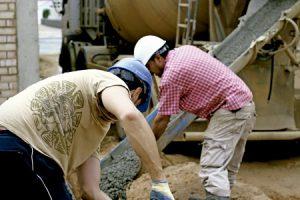 dos obreros trabajando en tareas de construcción