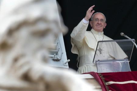 papa Francisco rezo del Angelus dominical desde el balcón de los apartamentos pontificios
