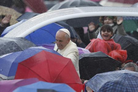 papa Francisco bajo la lluvia durante la audiencia general miércoles 5 febrero 2014