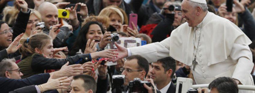 papa Francisco saluda a los fieles peregrinos en la Plaza de San Pedro audiencia general de los miércoles 19 febrero 2014