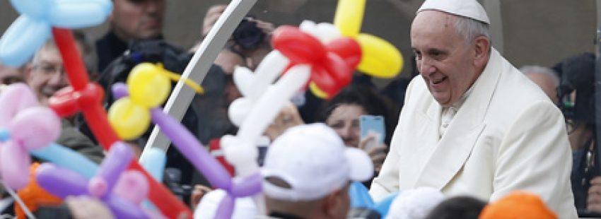papa Francisco en papamóvil recibido entre globos de colores audiencia general miércoles 12 febrero 2013