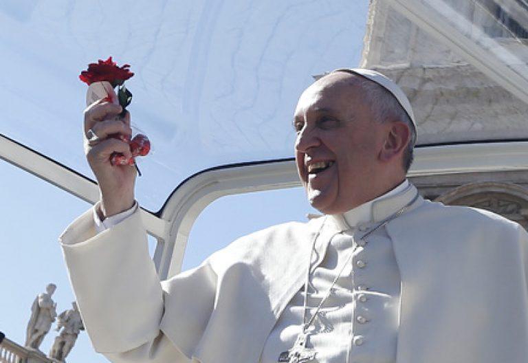 papa Francisco sostiene una rosa roja durante el encuentro con 20.000 novios en San Pedro 14 febrero 2014