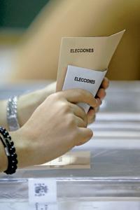 joven con sobres y papeletas para votar en una urna