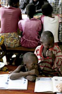 proyecto de Manos Unidas en África niños en la escuela