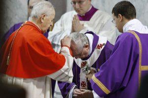 papa Francisco recibe la imposición de la ceniza el Miércoles de Ceniza 5 marzo 2014 del cardenal Tomko