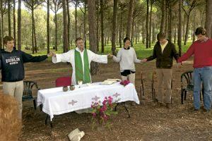 sacerdote Lázaro Albar durante una eucaristía con jóvenes en el campo