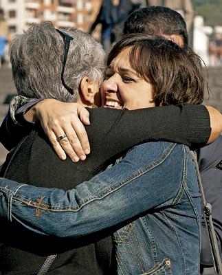 abrazo entre dos mujeres miembros de Gesto por la Paz tras el anuncio de ETA de dejar las armas