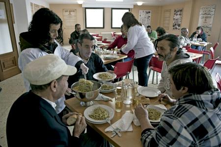 pobres comiendo en un comedor social de Cáritas