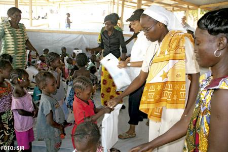 República Centroafricana religiosas católicas reparten material escolar a los niños pequeños