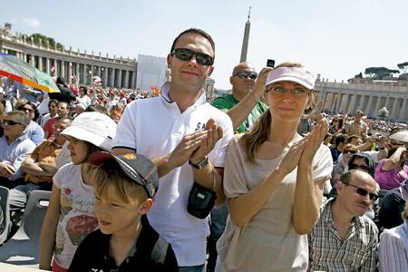 familia de padre, madre e hijo durante una audiencia general en la Plaza de San Pedro del Vaticano