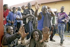 inmigrantes después de saltar la valla de Melilla