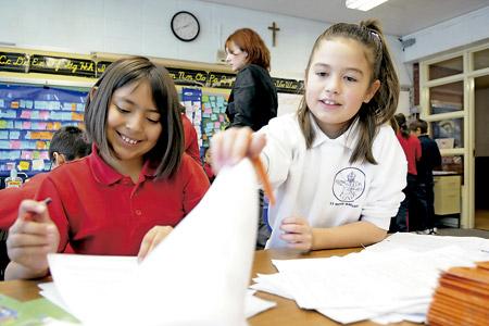 dos niñas en clase alumnas en una escuela católica