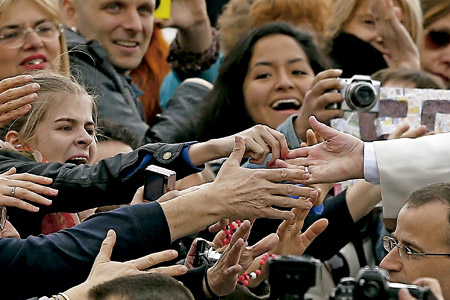 papa Francisco saluda a un grupo de fieles