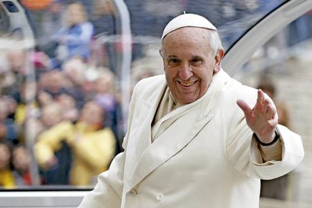 papa Francisco saluda sonriente desde el papamovil