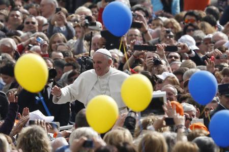 papa Francisco en la audiencia general 19 marzo 2014 festividad de San José rodeado de globos azules y amarillos
