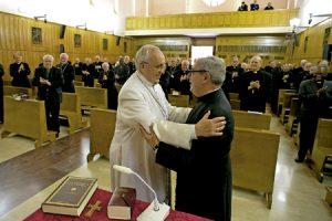 papa Francisco saluda al sacerdote Angelo de Donatis, predicador de los ejercicios espirituales de Cuaresma de la Curia marzo 2014