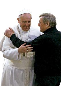 papa Francisco con el sacerdote Luigi Ciotti, fundador de asociación Libera de ayuda a las víctimas de la mafia