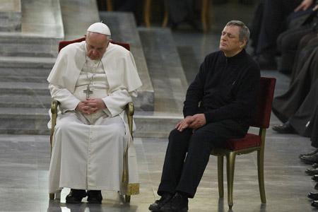 papa Francisco reza durante una jornada con víctimas de la mafia 21 marzo 2014